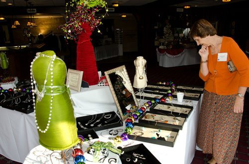 Deb Musolff browses items from Silpada Designs