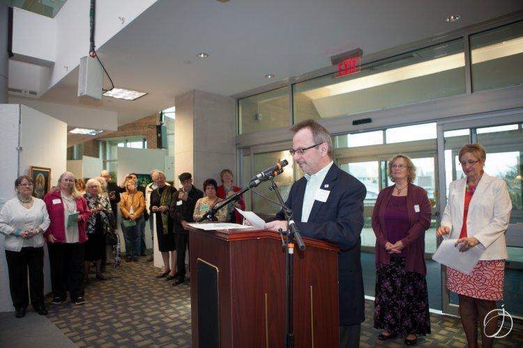 Art Show juror Chuck Scalise addresses the artists
